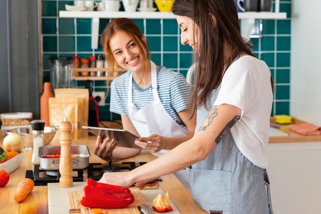Mujeres felices en la cocina
