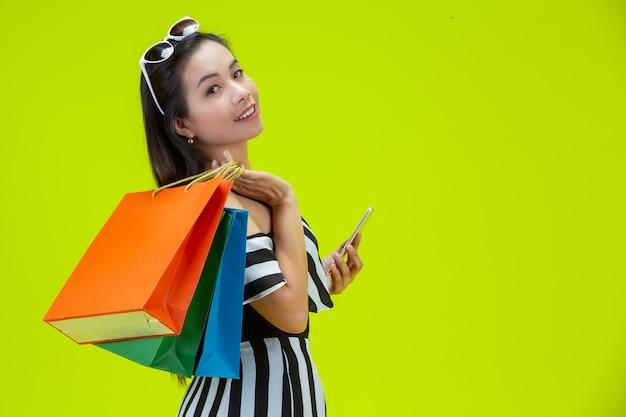 Mujeres felices comprando en línea con un teléfono inteligente