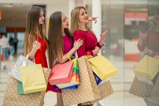 Mujeres felices de compras en el centro comercial