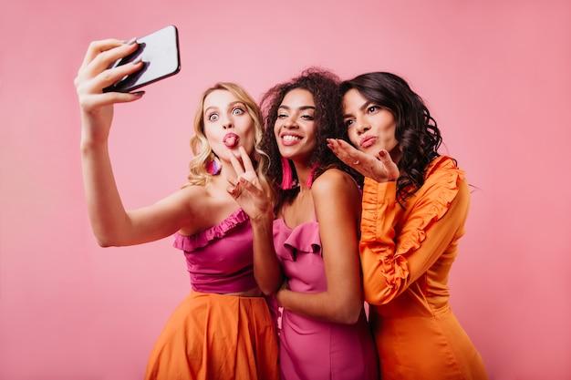 Mujeres felices enviando beso al aire