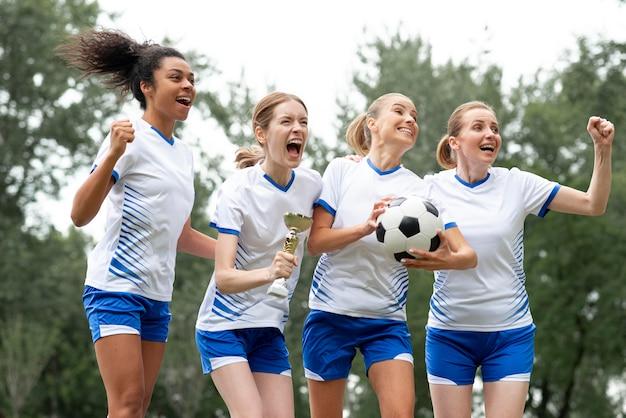 Mujeres felices expresando victoria