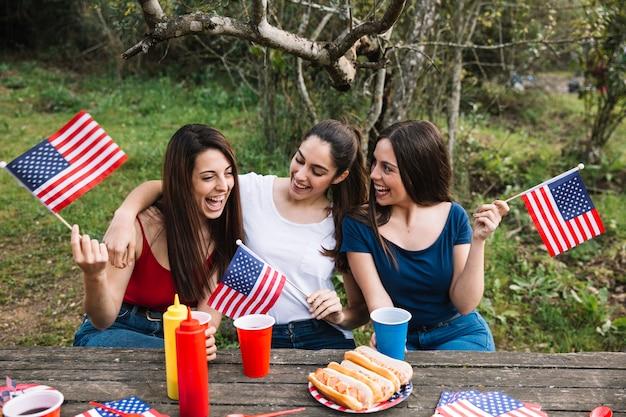 Mujeres felices haciendo picnic
