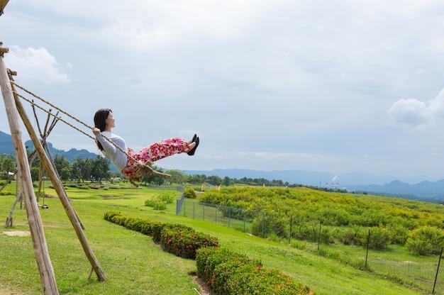 Mujeres felices jugando al swing.