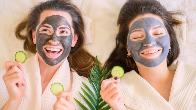 Mujeres felices con mascarillas en casa