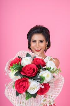 Mujeres felices de la moda y ramo de flores.