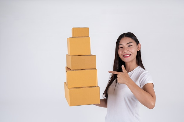 Mujeres felices pidiendo productos a los clientes, dueños de negocios que trabajan en casa en un fondo blanco