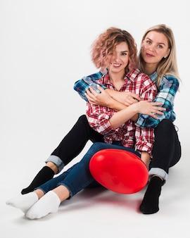 Mujeres felices posando para el día de san valentín