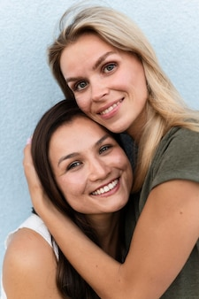 Mujeres felices posando juntos