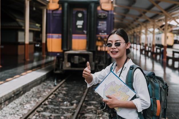 Mujeres felices que viajan en el tren, vacaciones, ideas de viaje.