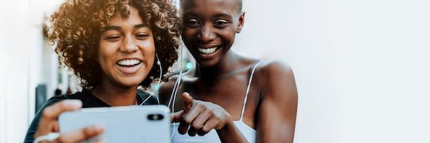 Mujeres felices riéndose de una tableta digital
