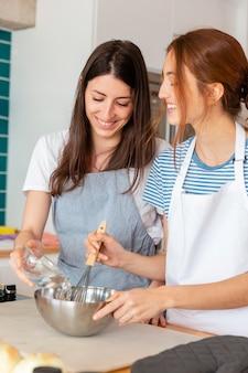 Mujeres felices en tiro medio de cocina