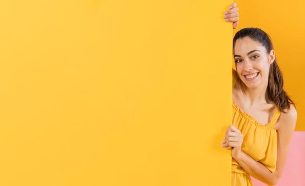 Mujeres felices en vestido amarillo