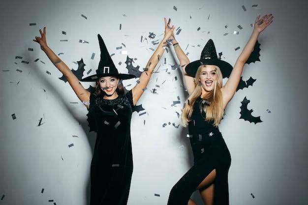 Las mujeres en la fiesta de halloween