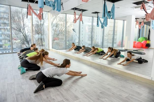 Mujeres en el gimnasio haciendo ejercicio para los músculos de la espalda