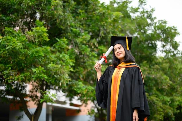 Las mujeres graduadas celebran el día de graduación universitaria