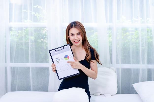 Mujeres y gráfico las mujeres de negocios jóvenes presentan planes de negocios el concepto de un hombre de negocios exitoso
