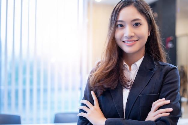 Mujeres y grupo de negocios asiáticos que usan el cuaderno