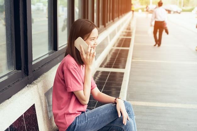 Las mujeres hablan en un teléfono inteligente y la tecnología facilita el estilo de vida.