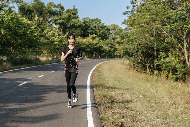 Las mujeres hacen ejercicio corriendo en la carretera.