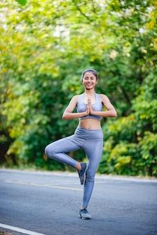 Las mujeres hacen ejercicio felizmente para tener buena salud. concepto de ejercicio