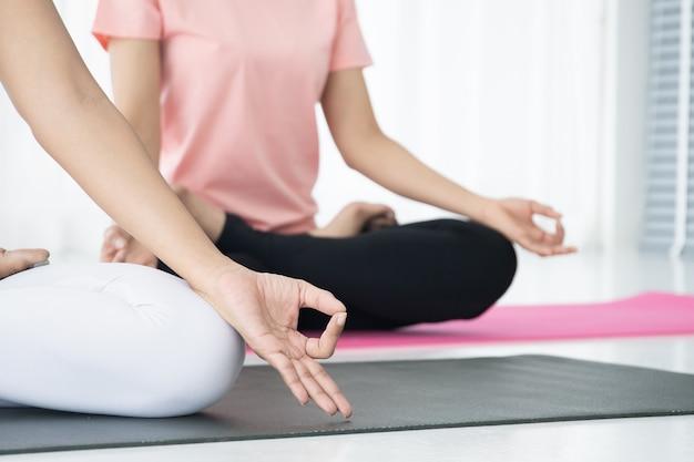 Mujeres haciendo ejercicio de yoga juntas, concepto de bienestar, vida sana y actividad saludable en el estilo de vida diario. fotografía con copia espacio.