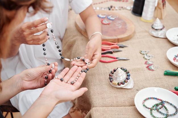 Mujeres haciendo joyas en casa