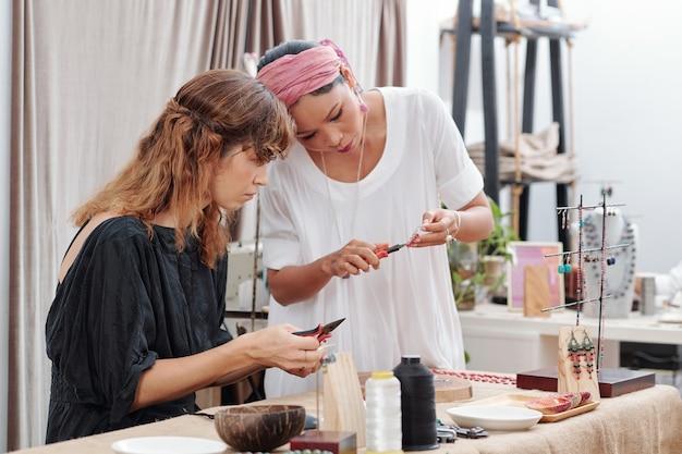 Mujeres haciendo joyas
