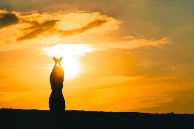 Mujeres haciendo símbolos de palomas sobre la libertad y la naturaleza sobre un fondo de puesta de sol. concepto de esperanza