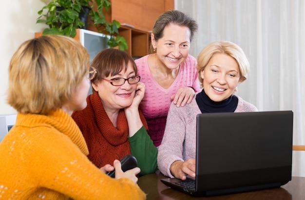Mujeres haciendo sitio