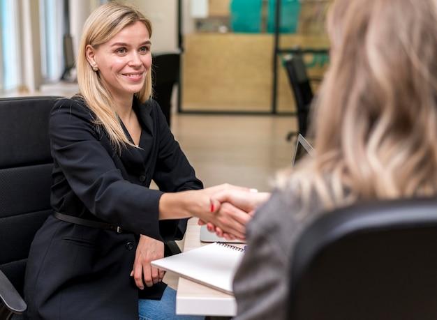 Mujeres haciendo un trato en el trabajo