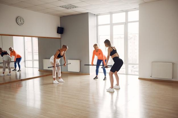 Mujeres haciendo yoga. estilo de vida deportivo. cuerpo tonificado