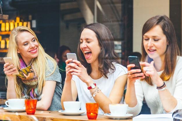 Mujeres hermosas en un café disfrutando de un café juntos