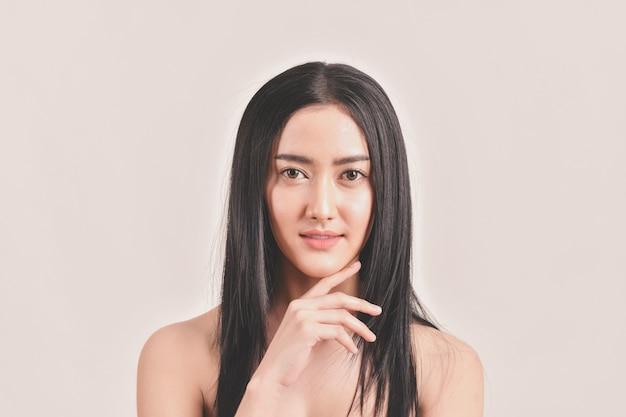 Mujeres hermosas cuidan la salud de la piel.