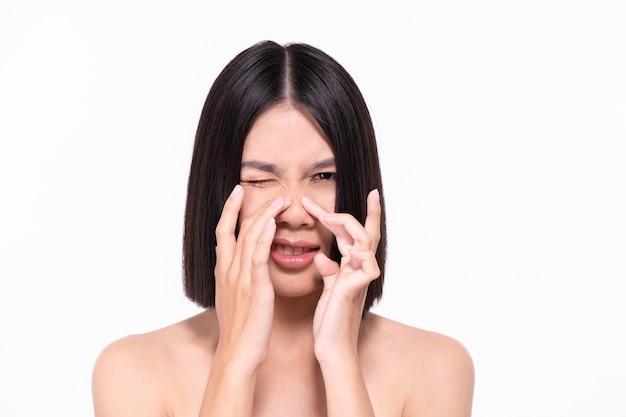 Las mujeres hermosas están experimentando problemas en la piel.