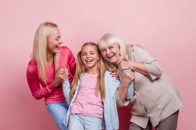 Mujeres hermosas felices riendo