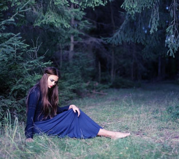 Mujeres hermosas jovenes en bosque del otoño