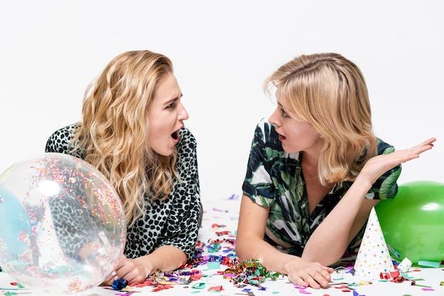 Mujeres hermosas jóvenes conversando