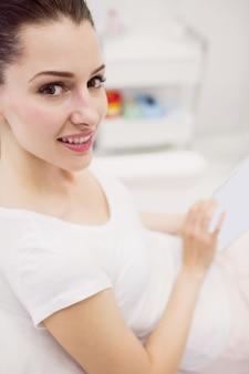 Mujeres hermosas con tableta digital