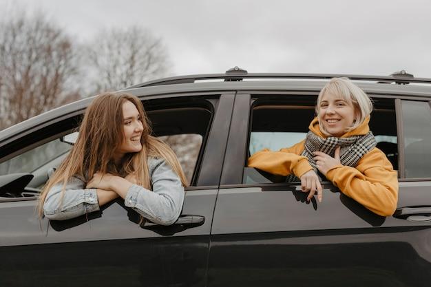 Mujeres hermosas por la ventanilla del automóvil