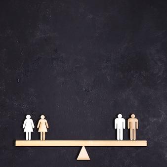 Mujeres y hombres de pie en el espacio de copia balancín