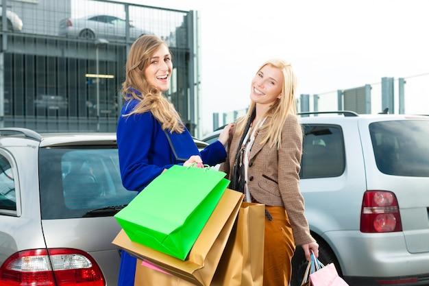 Las mujeres iban de compras y conducían a casa