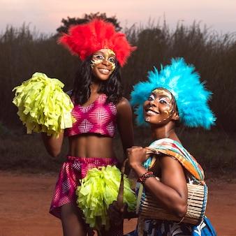 Mujeres con instrumento en carnaval.