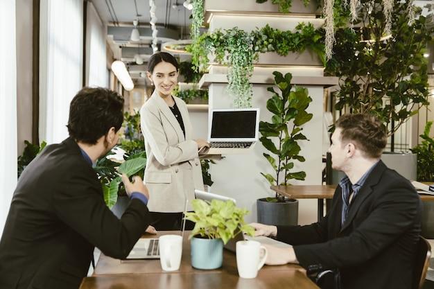 Mujeres inteligentes feliz presentación de su trabajo con el trabajo en equipo en la oficina moderna.
