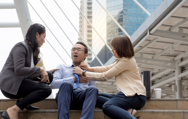 Las mujeres intentan ayudar a su amiga a tener un dolor de pecho severo como un ataque al corazón
