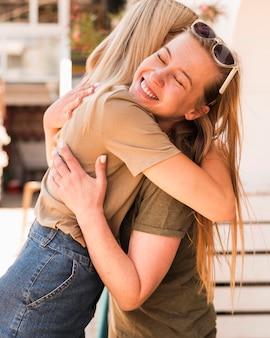 Mujeres jóvenes abrazándose