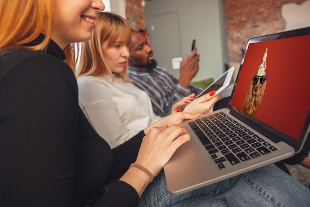 Mujeres jóvenes amigos usando gadgets