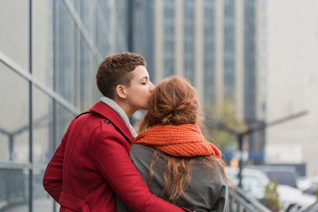 Mujeres jóvenes besando a su pareja