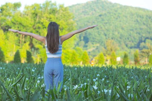 Mujeres jóvenes con los brazos abiertos felizmente