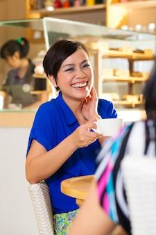 Mujeres jóvenes en una cafetería asiática