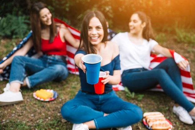 Mujeres jóvenes celebrando en el parque